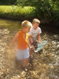 Otroka s splavom ob vodi
